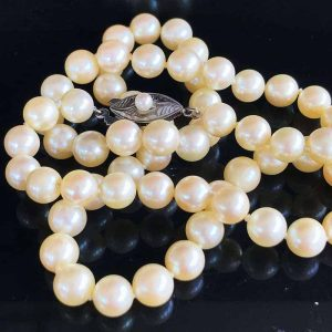 Art Deco, Saltwater Cultured pearls on oval silver engraved clasp, C1920