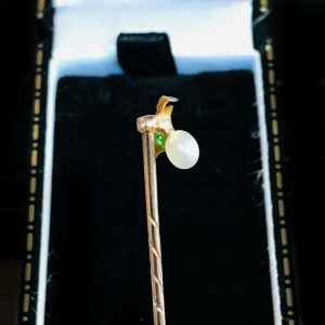Art Nouveau, 15ct, 15k, 625 Gold Peridot & Pearl Berry Stick, tie, cravat pin