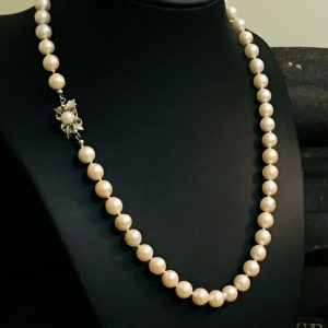 Stunning cultured, uniformed row of pearls on 18ct, 18k, 750 gold Emerald clasp