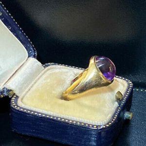 Vintage 9ct yellow gold cabachon Amethyst signet ring, London 1964