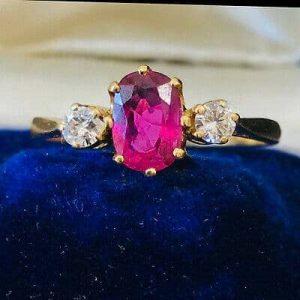 Beautiful Vintage 18ct, 18k, 750 Gold Ruby & Diamond three stone Engagement ring