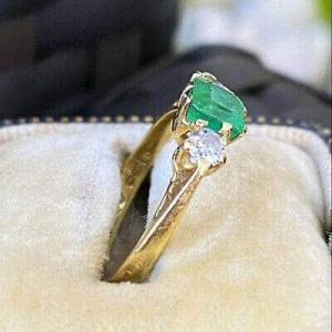 Beautiful, Vintage 18ct, 18k, 750 Gold Emerald & diamond 3 stone Engagement ring
