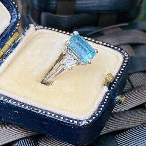 Beautiful Modern 18ct, 750 Gold Aquamarine & diamond 3 stone Engagement ring