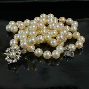 Stunning Cultured, Saltwater Pearl necklace on 18ct, 18k, 750 gold diamond clasp