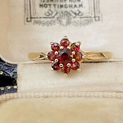 Pretty, Vintage 9ct, 9k, 375 Gold Garnet Daisy, cluster ring. Hallmarked 1971