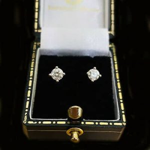 Classic pair of 18ct, 18k, 750 White Gold Diamond 0.50ct, G/H, VS1 stud Earrings
