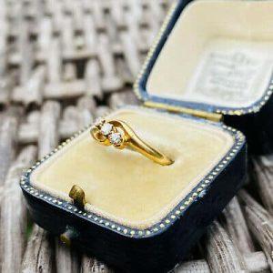 Antique 18ct, 18k, 750 Gold Diamond 0.24ct, three stone twist engagement ring