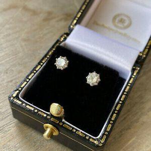 Classic pair 18ct/18k, 750 Gold solitaire Diamond 0.60ct,G/H,VS1 stud Earrings