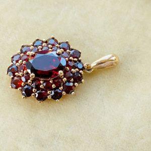 Vintage 9ct, 9k, 375 Gold Garnet cluster pendant, 14.5 x 23.5mm, Circa 1980
