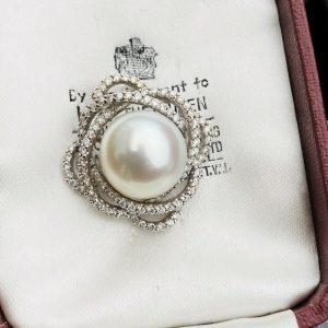 Gorgeous 18ct, 18k, 750 White gold, Diamond & Southsea Pearl pendant