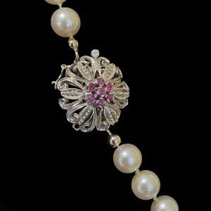 Cultured, uniformed row of 7-7.5mm Pearls on 18ct/18k, 750 white gold Ruby Clasp