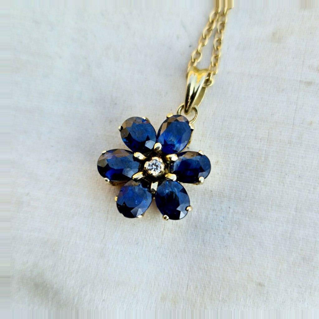 Gorgeous 9ct, 9k, 375 Gold Sapphire and diamond daisy pendant, 12 x 18.5mm