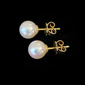 Classic pair of 18ct, 18k, 750 Gold Cultured, Saltwater 8mm Pearl stud Earrings