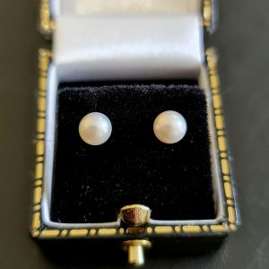 Classic pair of 9ct, 9k, 375 Gold Cultured, Saltwater 5.5mm Pearl stud Earrings