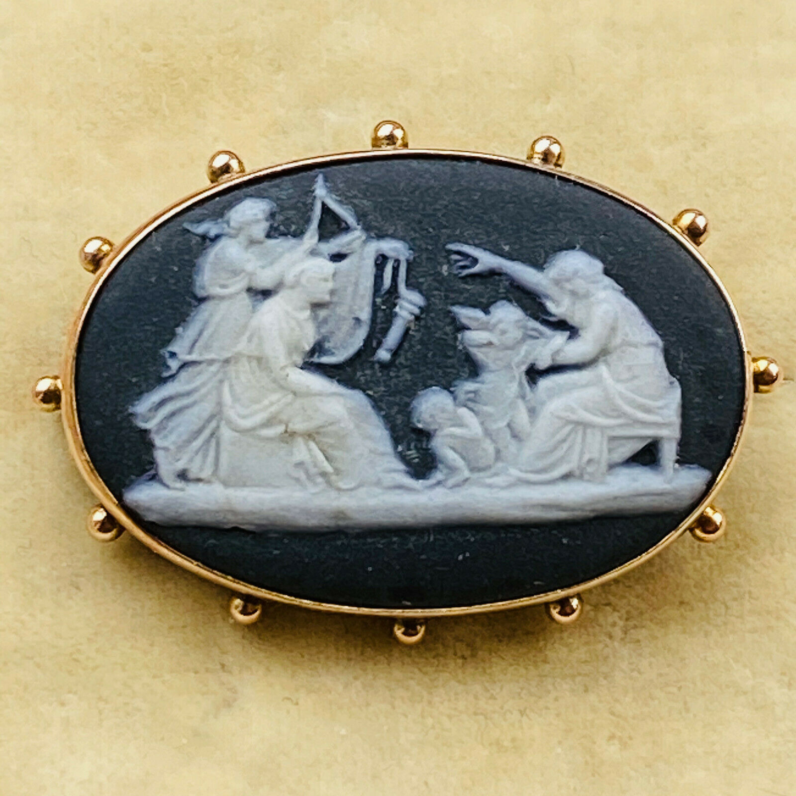 Victorian 9ct, 9k, 375 Gold Jasper ware Wedgwood brooch, Made in England 1894