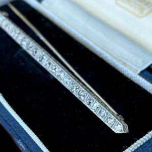 Art Deco, Platinum (pt950 or higher) 0.81ct Diamond bar brooch, tie pin, C1920