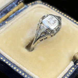 Art Deco, 18ct, 18k, 750 white Gold Diamond solitaire ring, Circa 1920
