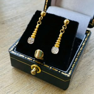 Fabulous 18ct, 18k, 750 Gold, Diamond drop / dangle earrings, length 19.5mm