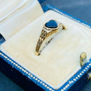 Pretty, Vintage, 9ct, 9k, 375 Gold & Black Onyx heart, signet ring